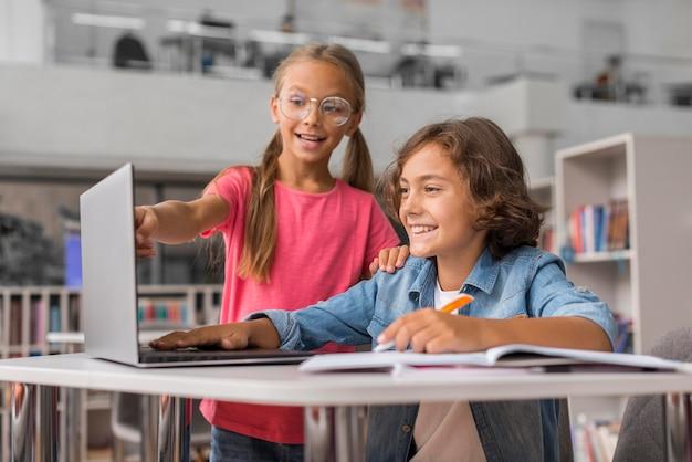 Crianças fazendo a lição de casa juntas Foto gratuita