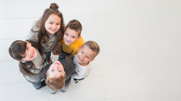 Crianças fazendo um círculo Foto Premium