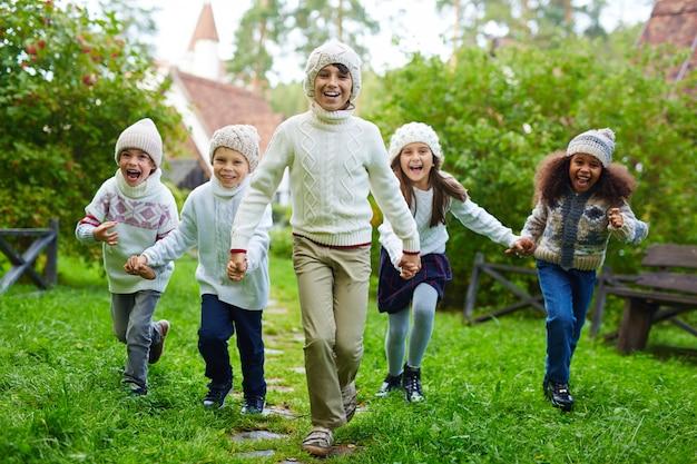 Crianças felizes correndo ao ar livre Foto gratuita