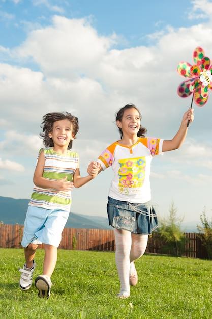 Crianças felizes, desfrutando de viagem Foto Premium