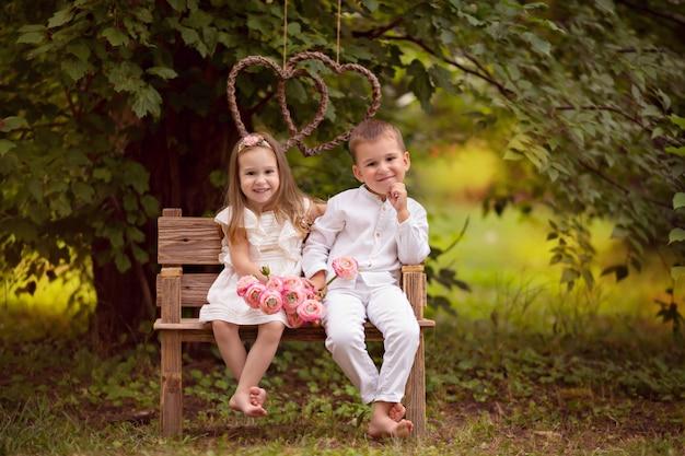 Crianças felizes, irmão e irmã, amigos na natureza em um parque de verão Foto Premium