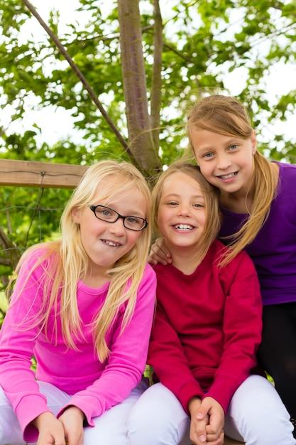 Crianças felizes no jardim e rir Foto Premium