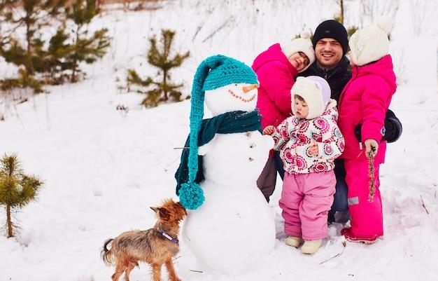 Crianças felizes passam o tempo com seu pai em um dia festivo Foto gratuita