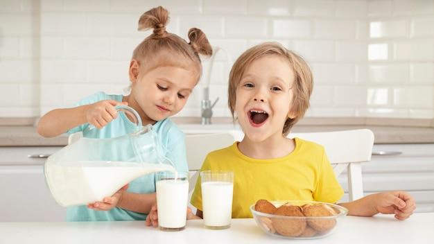Crianças fofas bebendo leite Foto Premium