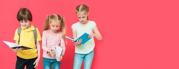 Crianças lendo alguns livros com espaço de cópia Foto gratuita