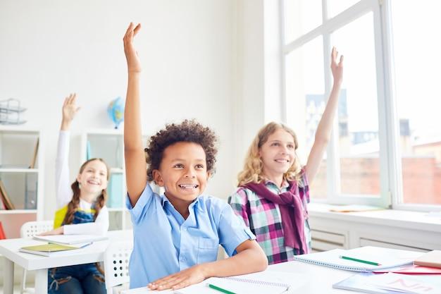 Crianças, levantando mãos Foto gratuita