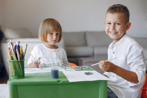 Crianças localização na mesa verde e desenho Foto gratuita