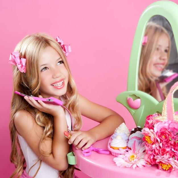 Crianças moda boneca loira falando celular Foto Premium