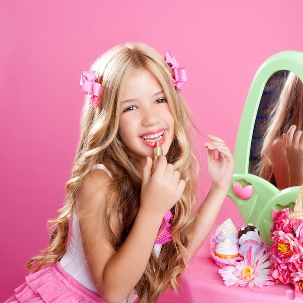 Crianças moda boneca pequena menina batom maquiagem rosa vaidade Foto Premium
