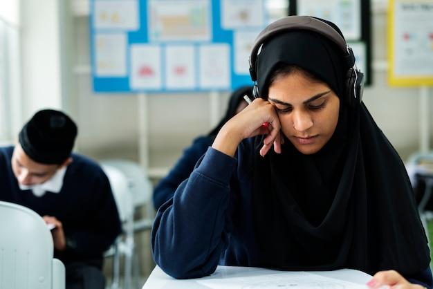 Crianças muçulmanas estudando em sala de aula Foto gratuita