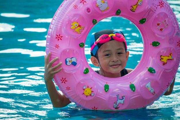 Crianças na piscina se divertindo Foto Premium