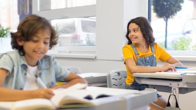Crianças na sala de aula Foto gratuita