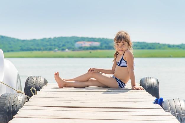 Crianças nadando no lago. Foto Premium