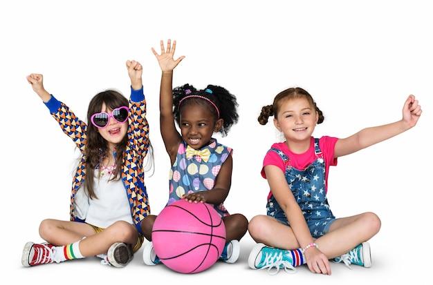 Crianças, namoradas, sorrindo, felicidade, basquetebol, união, estúdio, retrato Foto Premium