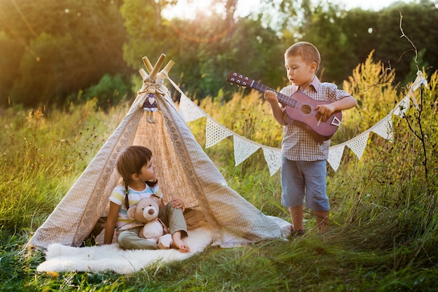 Crianças no lodge na natureza Foto Premium