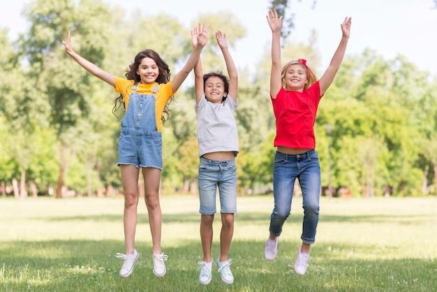 Crianças no parque pulando Foto gratuita