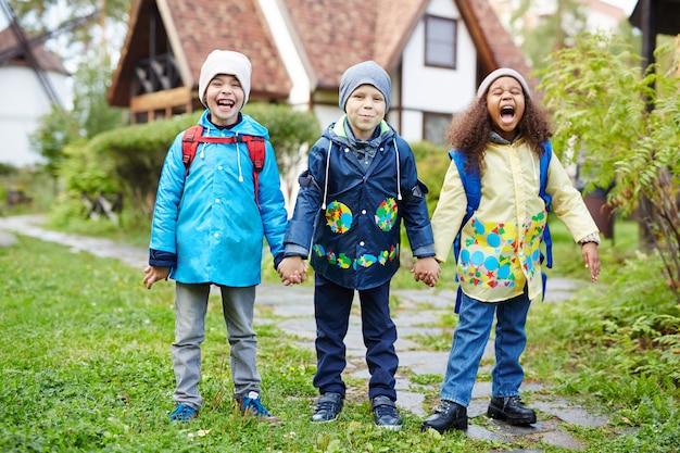 Crianças pequenas animadas indo para a escola Foto gratuita