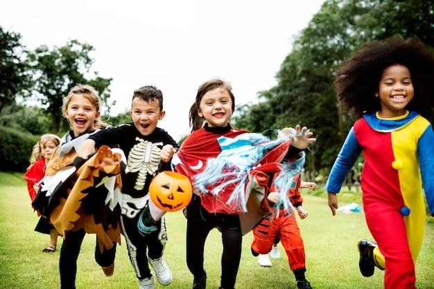Crianças pequenas na festa de halloween Foto gratuita