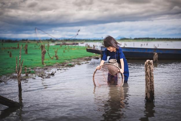 Crianças pescando e se divertindo no canal. estilo de vida das crianças na zona rural da tailândia. Foto Premium