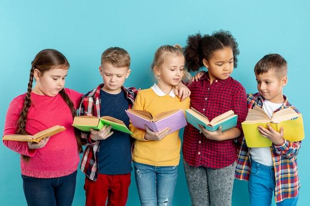 Crianças que apóiam evento de dia de livro Foto gratuita