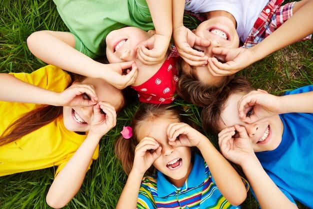 Crianças que jogam na grama Foto gratuita