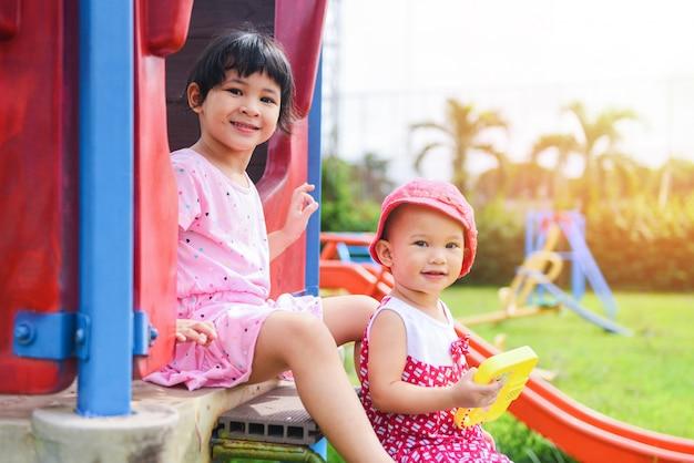 Crianças se divertindo lá fora Foto Premium