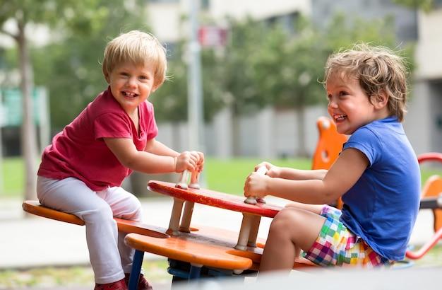 Crianças se divertindo no campo de jogos Foto gratuita