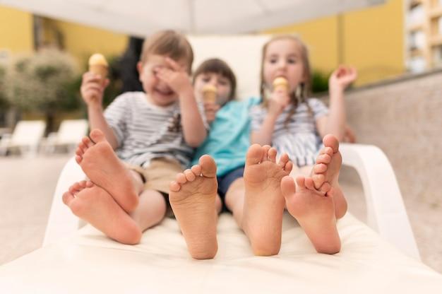 Crianças tomando sorvete na piscina Foto gratuita