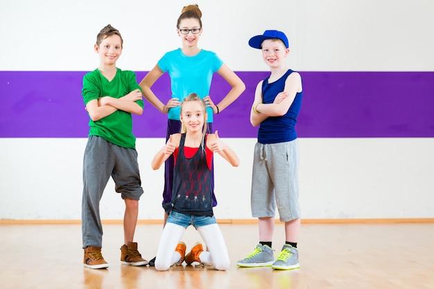 Crianças treinam zumba fitness na escola de dança Foto Premium