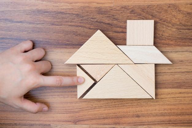 Criando ou construindo casa de sonho com peça de quebra-cabeça. Foto Premium