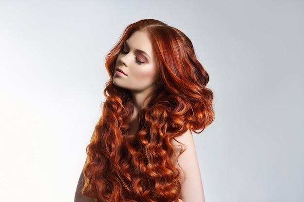Criativa coloração brilhante do cabelo de uma mulher, cuidado com as raízes do cabelo. Foto Premium