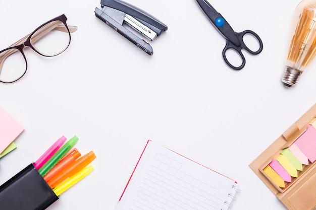 Criativa plana leigos de mesa de trabalho com ferramentas de escritório Foto gratuita