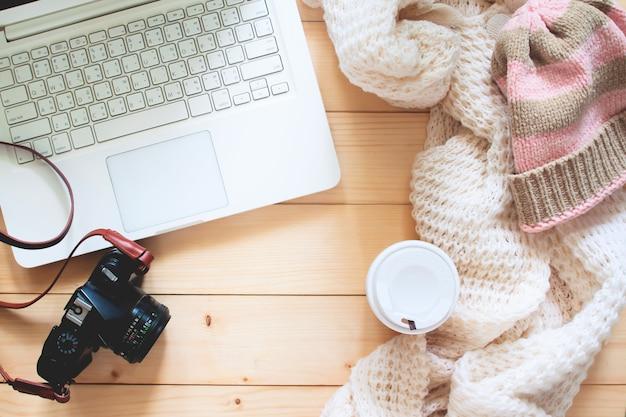 Criativa plana leigos do item do viajante, computador portátil, câmera. viagens e lifestyle concep Foto Premium