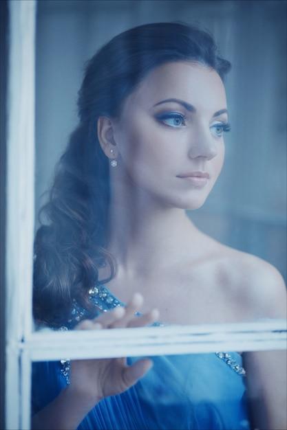 Criativo retrato de close-up de uma moda mulher em lindo vestido romântico azul Foto Premium