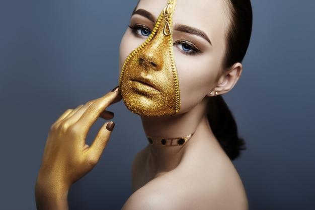 Criativo sombrio maquiagem rosto menina zíper cor dourada Foto Premium