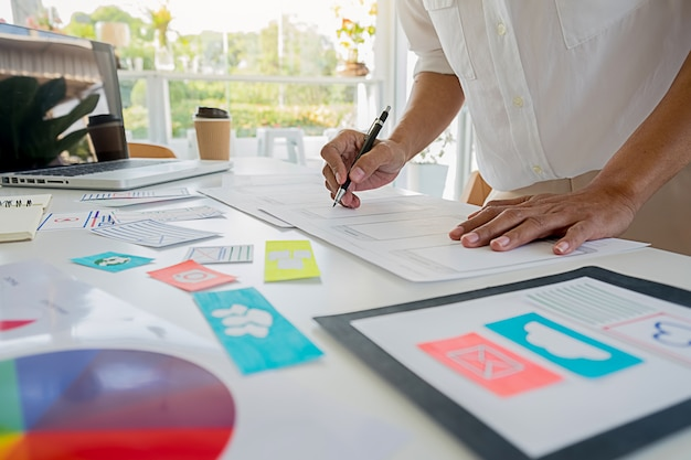 Criativo web designer planejamento de aplicativos e desenvolvimento de layout modelo, quadro para o telefone móvel. conceito de experiência do usuário (ux). Foto Premium