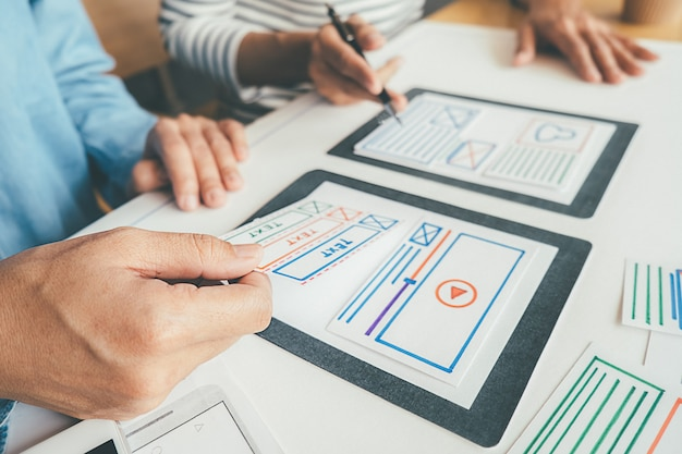 Criativo web designer planejamento de aplicativos e desenvolvimento de layout modelo, quadro para o telefone móvel. Foto Premium