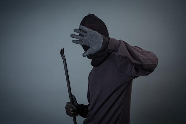 Criminosos negros usavam um fio de cabeça em cinza Foto gratuita