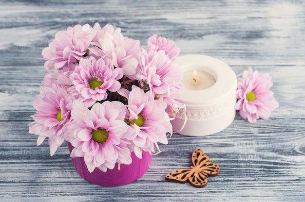Crisântemo rosa com vela Foto Premium