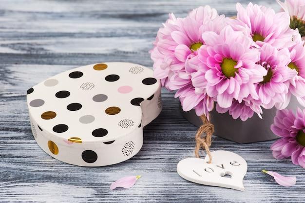 Crisântemo rosa em caixa de presente, coração Foto Premium