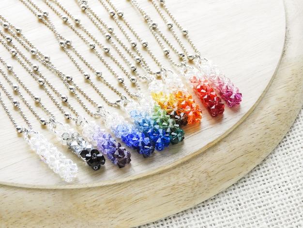 Cristais pendentes. pingente de cristal de pedras preciosas com várias cores. Foto Premium