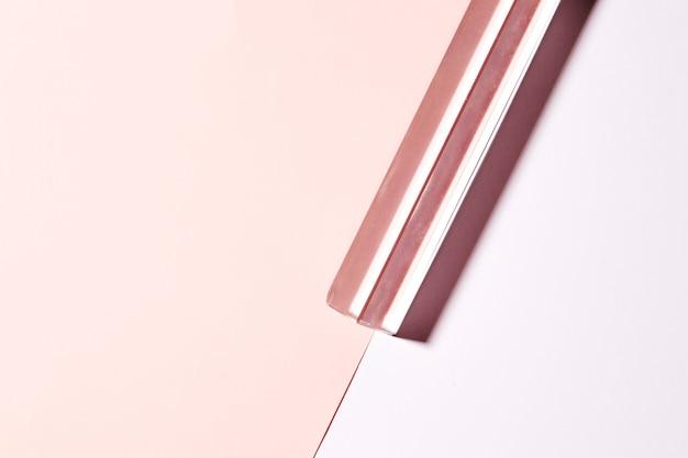 Cristal longo transparente no fundo rosa duplo Foto gratuita