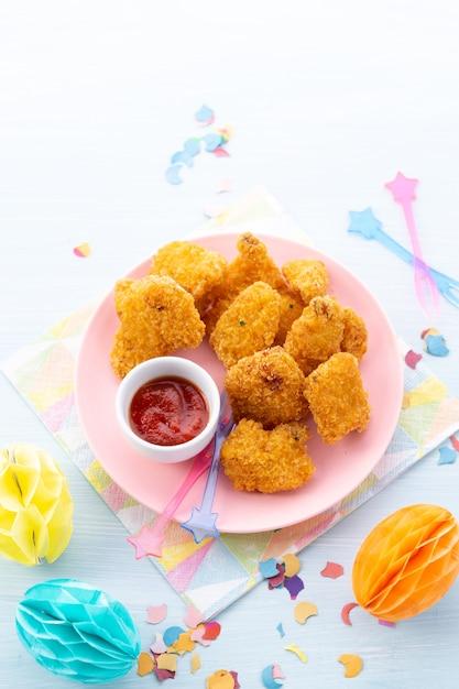 Crocante pedaços de frango frito e molho frito ao sul Foto Premium