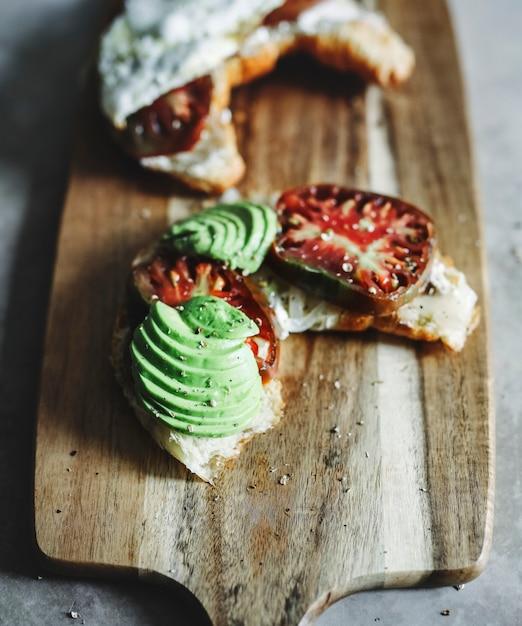 Croissant, com, herança, tomate, abacate, e, um, ovo frito Foto Premium