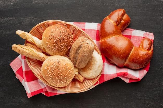 Croissant e pastelaria na toalha de mesa Foto gratuita