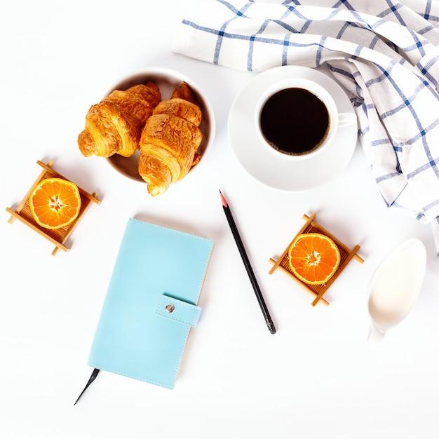 Croissant saboroso cozido fresco Foto Premium