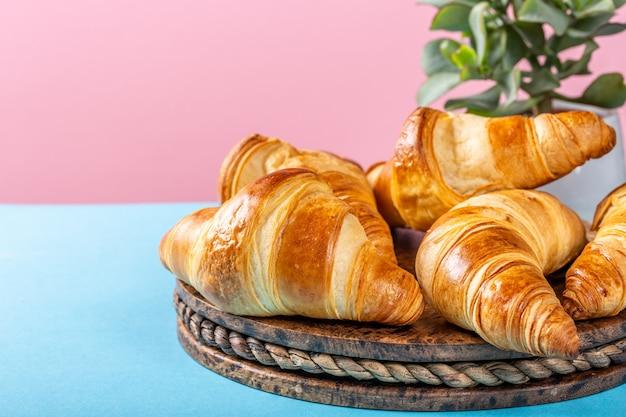 Croissants acabados de fazer Foto Premium