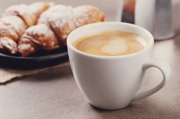 Croissants com uma xícara de café Foto gratuita