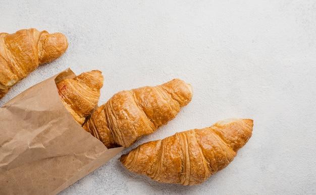 Croissants de pequeno-almoço em saco de papel Foto gratuita