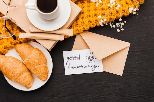 Croissants e café com cartão Foto gratuita